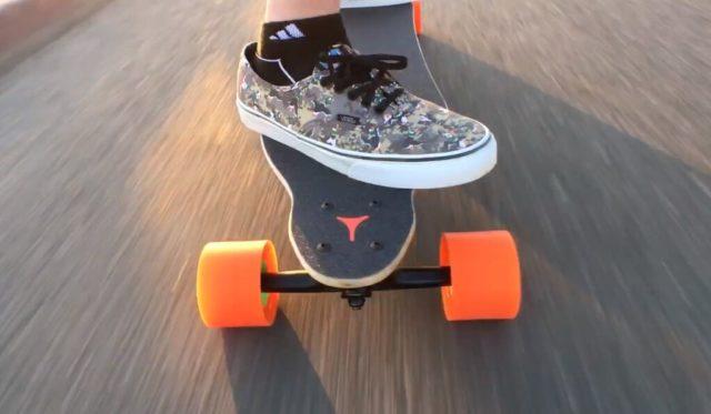 Longboard électrique et chaussure Vans