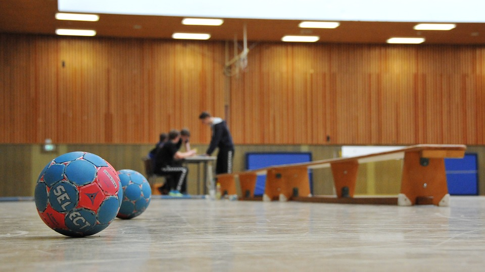 Ballons de hand (handball) sur un terrain d'entrainement